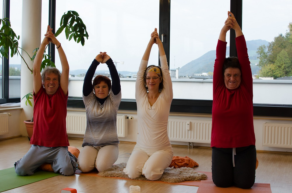Artist and Apropos reader Norbert Kopf practices Kundalini yoga with Soziale Arbeit service user Bettina Ebster, editor Michaela Gründler and vendor Luise Slamanig.Photo: Norbert Köpf