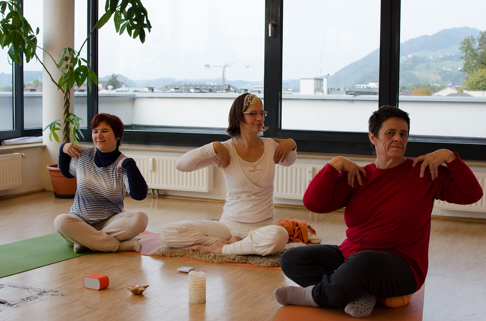 Apropos vendor Luise Slamanig (right), and Bettina Ebster (left), who is unemployed, take part in a yoga session led by Apropos editor Michaela Gründler (middle). Photo: Norbert Köpf