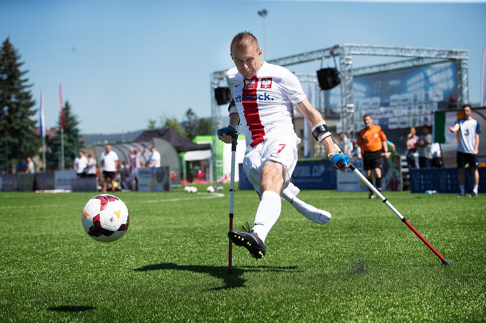 A player from Amp Futbol Polska (Amputee Football Poland) chases the ball. Credit Inge Hondebrink
