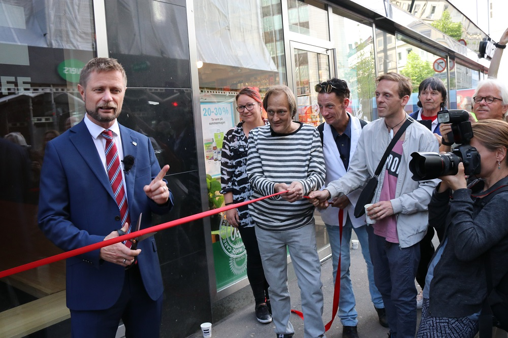 From the grand opening party 28.6 outside of the coffee bar in Akersgata 32. From the left: Norwegian minister of health Bent Høie, managing director of =Oslo and =Kaffe Camilla Svingen, barista and vendor Christer Modin, barista and vendor Sondre Foyn Gullvåg and barista and vendor Richard Prøsch